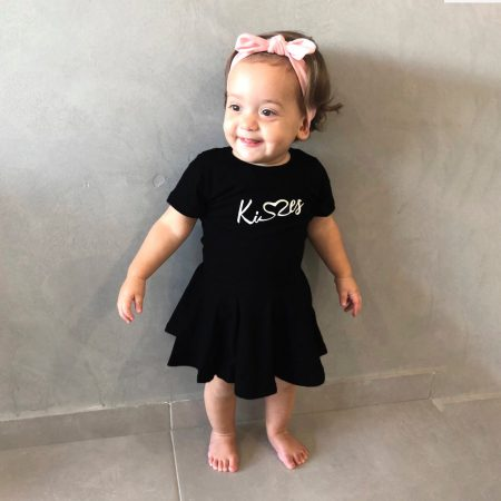 תינוקת לובשת שמלה מעוצבת